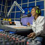Trabajo de locutor de radio