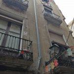 Trabajador con arnes para hacer instalacion sencilla en fachada